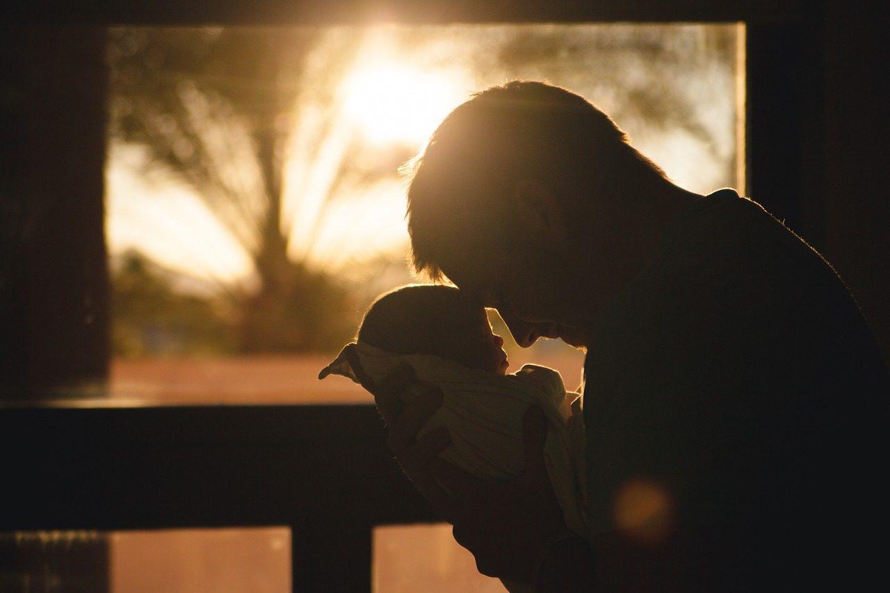 Um homem e um bebé